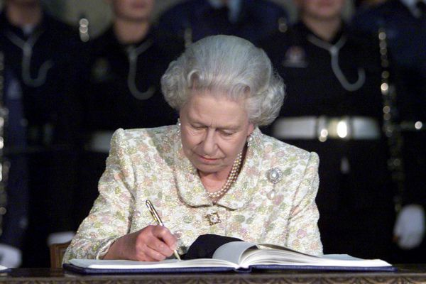 29 декабря 2010 года Елизавета II впервые стала прабабушкой. В этот день у ее старшего внука — старшего сына принцессы Анны Питера Филлипса — и его жены канадки Отам Келли родилась дочь. Девочка стала 12-й в британской очереди престолонаследия.