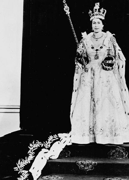 Несмотря на то, что за долгое время правления королеву неоднократно критиковали не только простые британцы, но и ее ближайшие соратники, Елизавета II остается одним из самых популярных монархов в мире. Ведь благодаря своим личным качествам, в частности, упорному и смелому характеру, королева смогла сохранить на высоте престиж британской монархии.