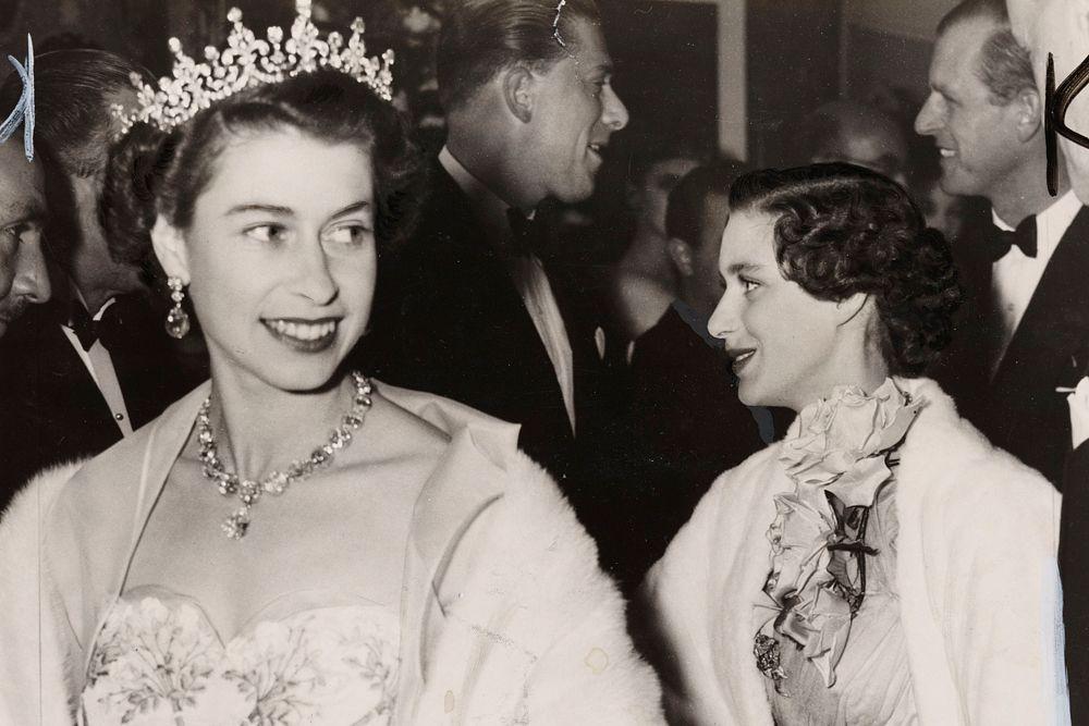 Близкое знакомство Елизаветы с монаршими обязанностями началось в 1944 году, когда она стала членом Государственного совета и начала приобщаться к делам, замещая Георга VI, когда тот отправился с поездкой по фронтам.