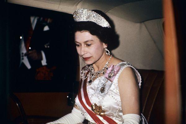 С этого времени она — Королева Елизавета II, глава государства Соединенного Королевства Великобритании и Северной Ирландии, также является королевой 15 государств Содружества (Австралия, Антигуа и Барбуда, Багамы, Барбадос, Белиз, Гренада, Канада, Новая Зеландия, Папуа-Новая Гвинея, Сент-Винсент и Гренадины, Сент-Китс и Невис, Сент-Люсия, Соломоновы Острова, Тувалу, Ямайка), главой Англиканской церкви, главнокомандующим вооруженными силами и Лордом Острова Мэн.