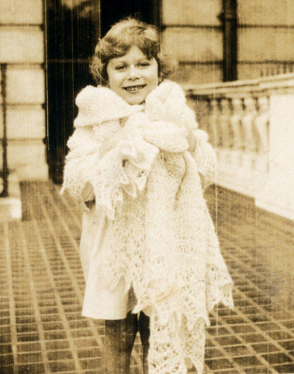 Принцесса Елизавета Александра Мэри Виндзор (Elizabeth Alexandra Mary Windsor), так назвали при рождении будущую королеву, — из династии Виндзоров. Она старшая дочь герцога Йоркского Георга, будущего короля Великобритании Георга VI (1895-1952) и леди Елизаветы Боуз-Лайон (1900-2002).