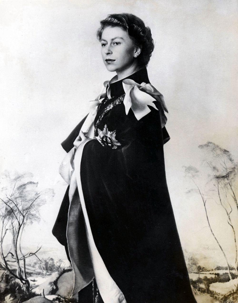 Готовясь к политической жизни, будущая королева стала посещать занятия по конституционной истории в Итонском колледже.
