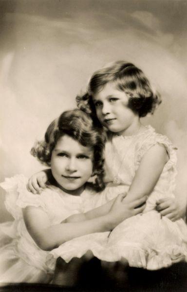 После отречения дяди — короля Эдуарда VIII и вступления отца на престол в декабре 1936 года, 10-летняя Елизавета стала наследницей британского престола и переехала с родителями из Кенсингтона в Букингемский дворец.