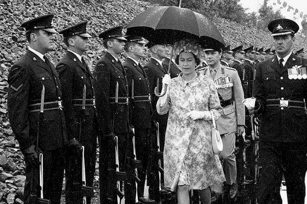Королева свободно говорит по-французски и во время визитов и аудиенций с представителями франкофонных стран обходится без переводчика.