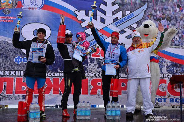 Николай Абакумов (в центре)- главный чемпион гонки на 10 км.