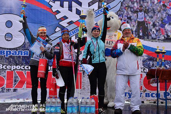 А это - девушки, первые прошедшие 10 км. В центре - золотой призер Лариса Соболева.