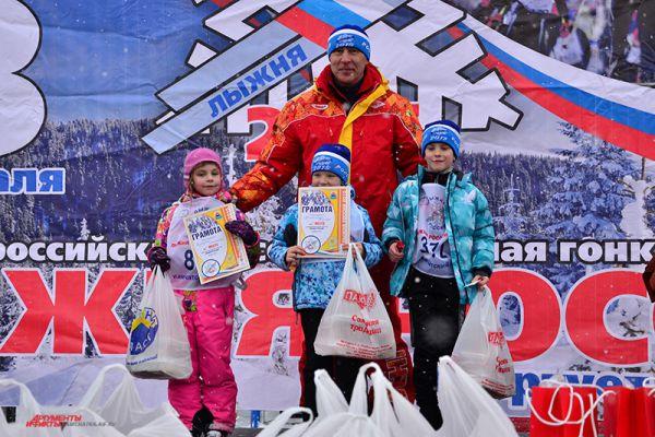 Самые юные участницы на пьедестале почета. Справа - Ксения Химиченко.