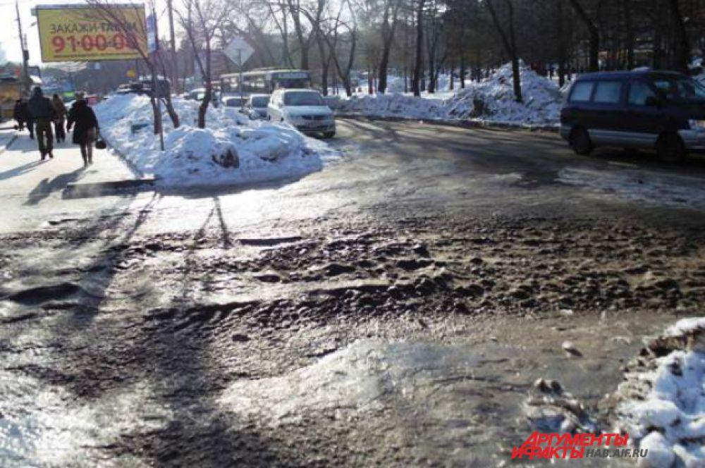 С дорог убрали снег, но забыли лед. Машины буксуют, пешеходы падают