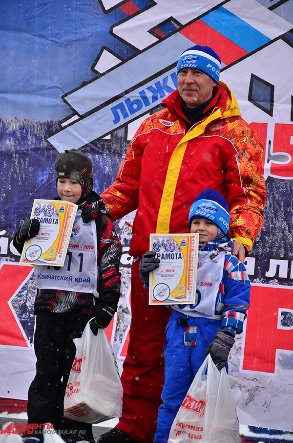 И мальчишки не отстают. Слева - Артем Чугунов, победитель гонки на 1000 м.