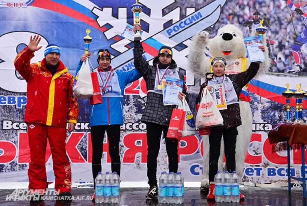 Парни-победители в дистанции на 5 км. В центре - Глеб Слободенюк.