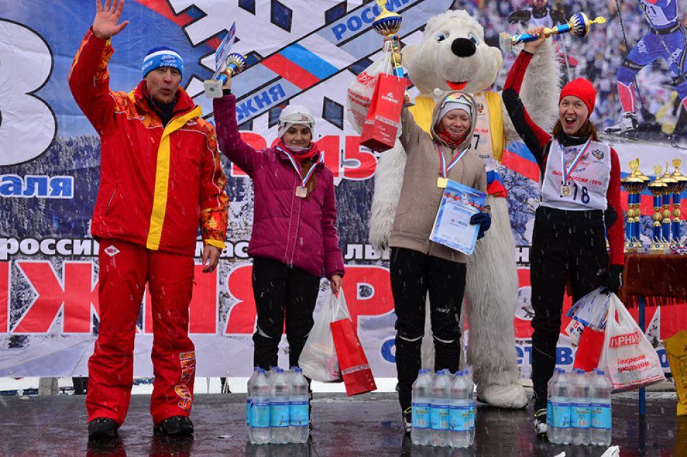Первой 5 км пробежала Мария Заикина (в центре).