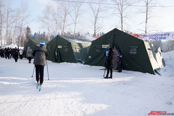 Для лыжников были обустроены палатки для переодевания.