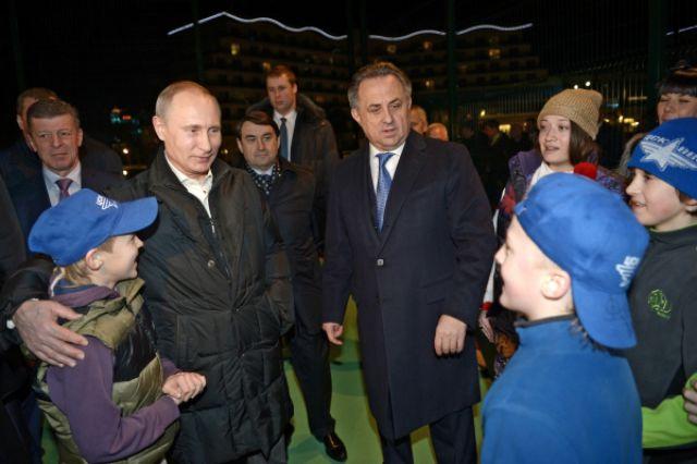 Владимир Путин с детьми во время посещения Всероссийского детского центра для одарённых спортсменов в Сочи.
