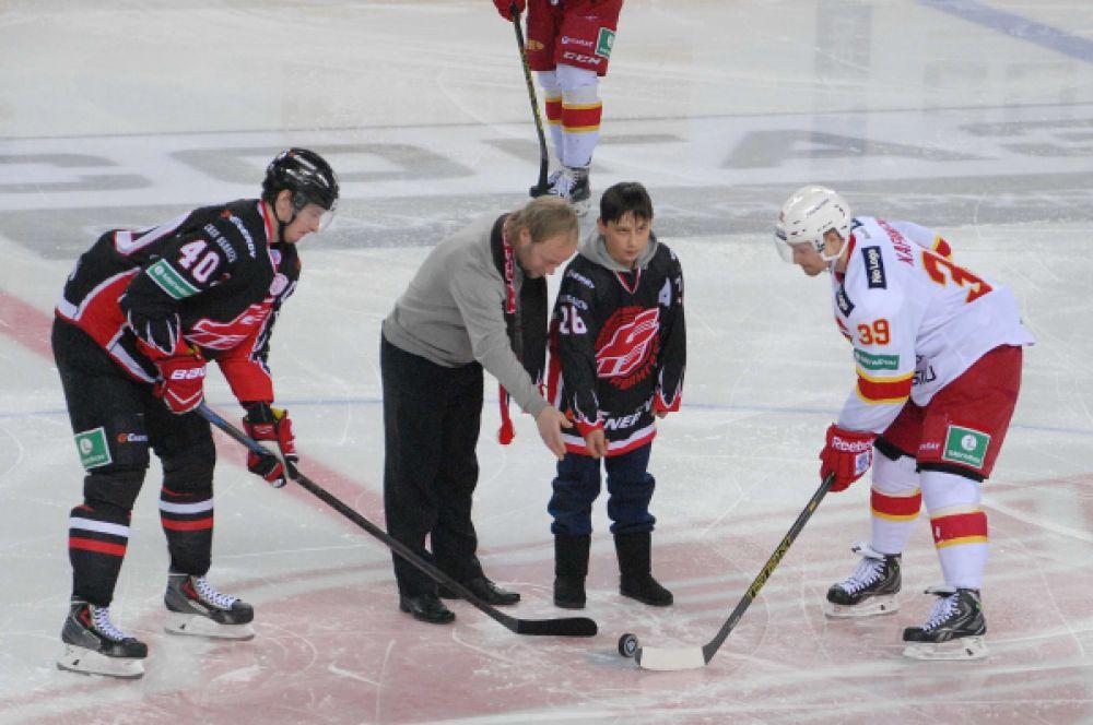 Стартовое вбрасывание провели ветеран омского хоккея Константин Маслюков и его сын Даниил