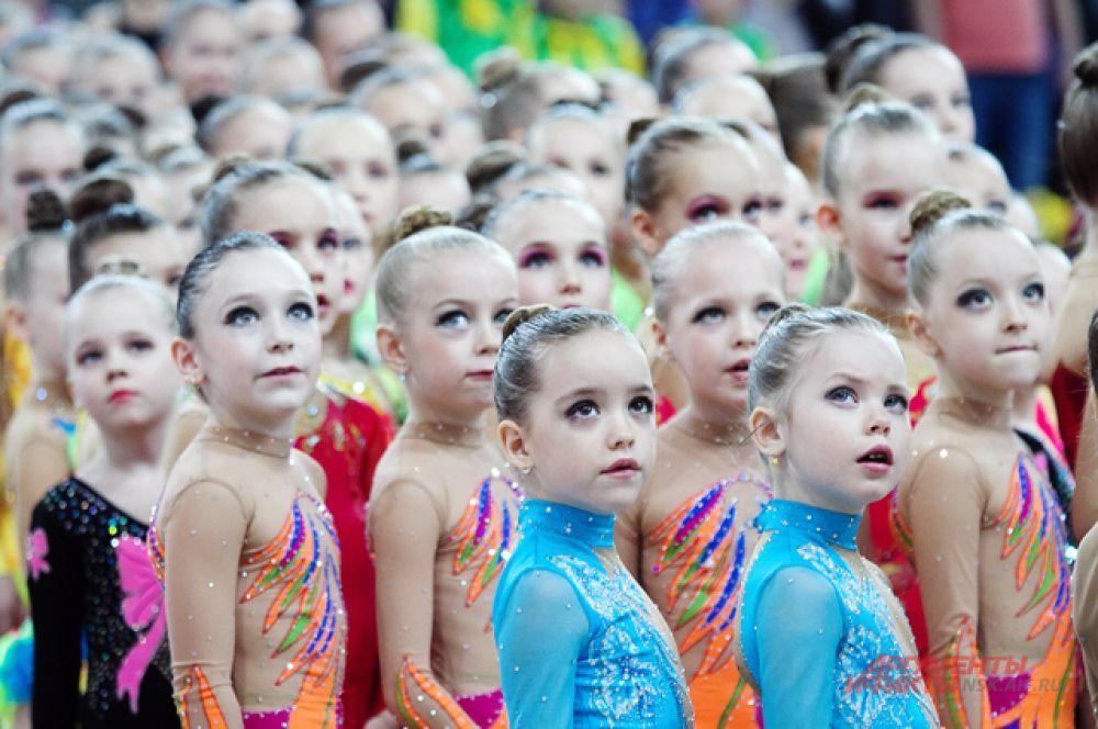 Во время исполнения Российского гимна, девочки внимательно слушали музыку, а некоторые вспоминали слова и пели