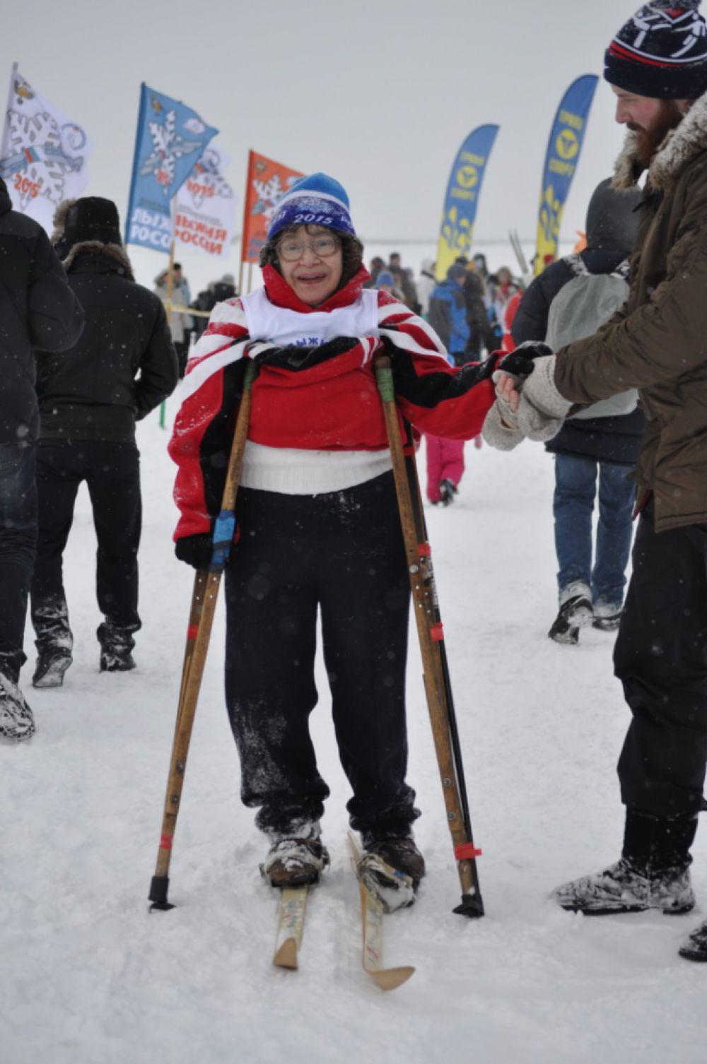 Среди лыжников - известная спортсменка, ветеран спорта, колясочница Наталья Алексеева.