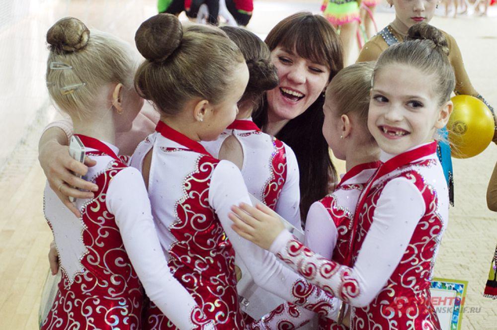 Юные гимнастки после награждения спешили поделиться своей радостью в первую очередь с тренером
