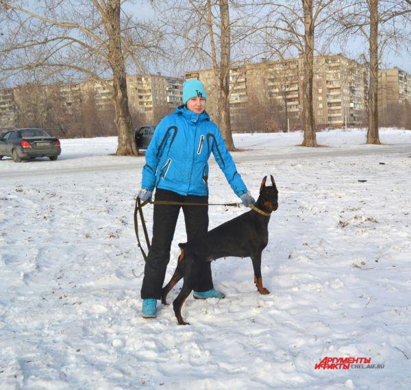 Грациозный доберман Евгеника послушно ждет начала тренировки.