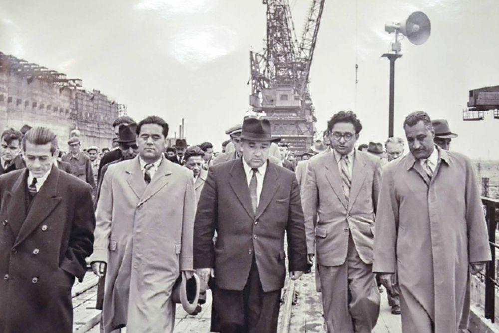 Гамаль Абдель Насер, президент Египта во время посещения Сталинградской ГЭС 1958 год.