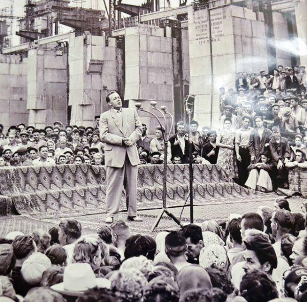 Сергей Лемешев, народный артист СССР, выступает перед строителями Сталинградской ГЭС, 1958 год.