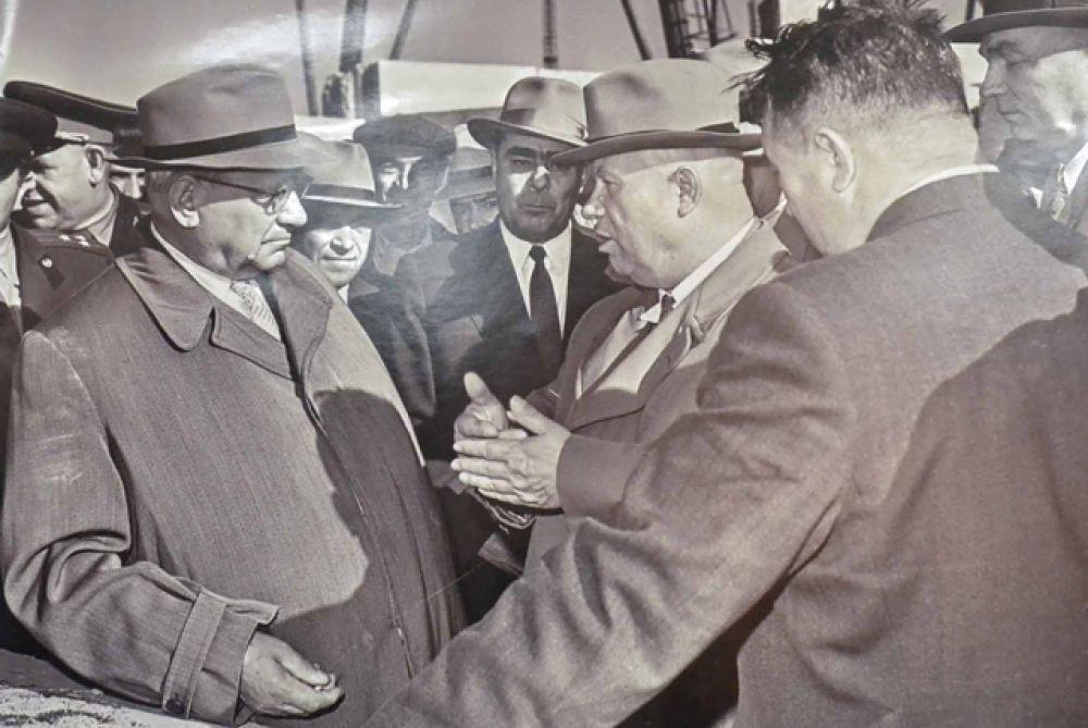 Первый секретарь ЦК КПСС Никита Хрущев, председатель Президиума Верховного Совета СССР Леонид Брежнев и конструктор Андрей Туполев, 1961 год.