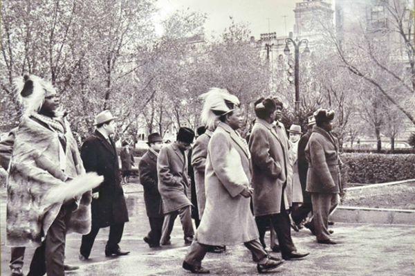 Парламентская делегация из Кении на площади Павших борцов, 1963 год.
