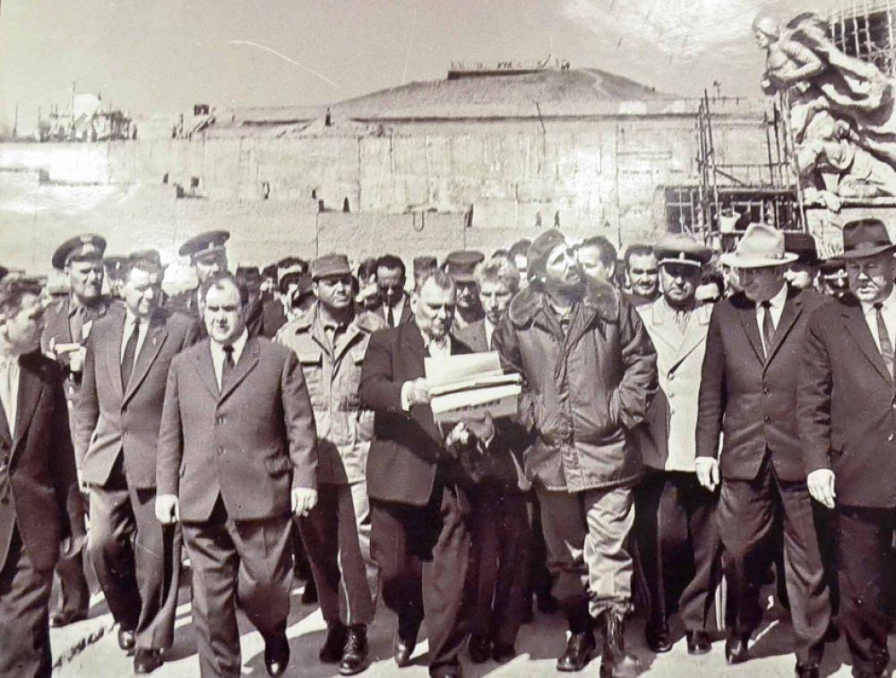Кубинский государственный деятель Фидель Кастро и скульптор Евгений Вучетич на Мамаевом кургане, 1963 год.