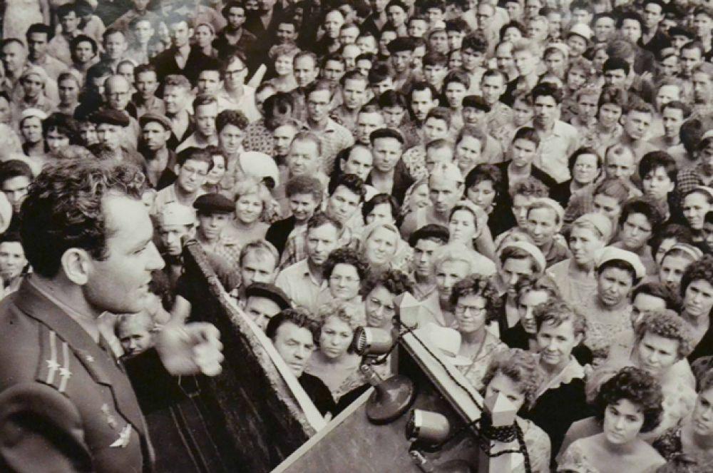 Космонавт Герман Титов во время митинга на заводе «Баррикады», 1963 год.