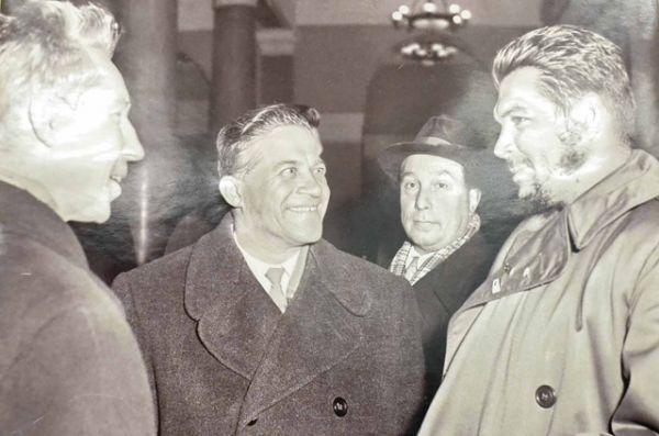 Кубинский государственный деятель Эрнесто Че Гевара, 1960 год.