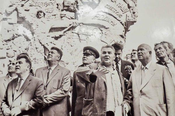 Скульптор Евгений Вучетич и первый секретарь ЦК КПСС Никита Хрущев на Мамаевом кургане, 1963 год.