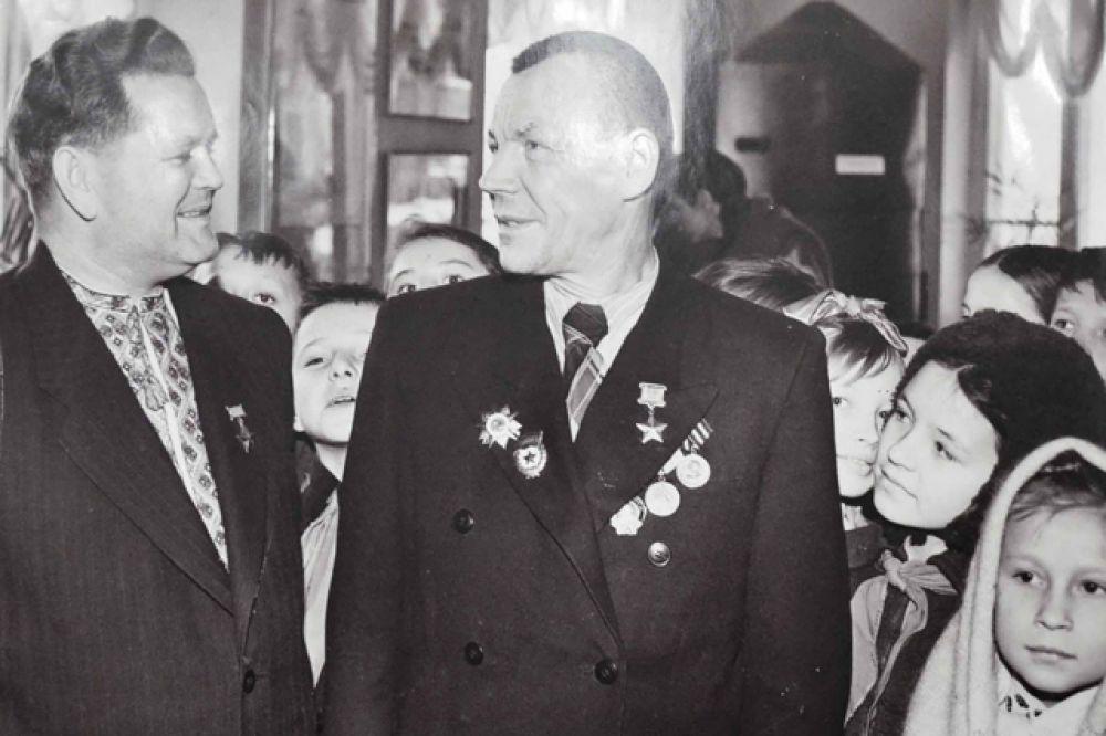 Снайпер Василий Зайцев и Герой Советского Союза Петр Болото, 1963 год.