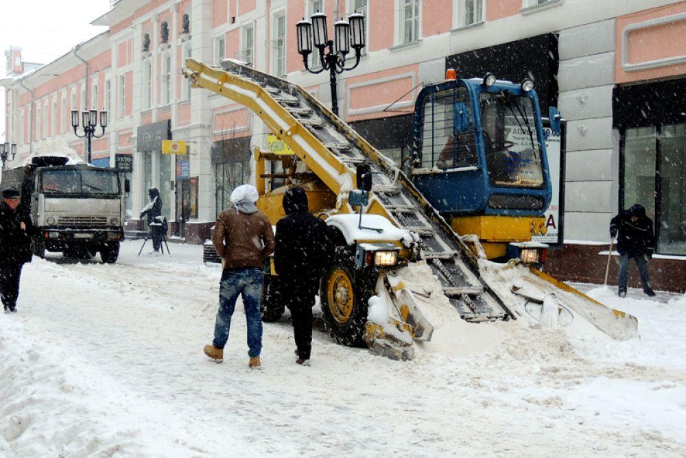 Снегоуборочная техника работает на Большой Покровской.