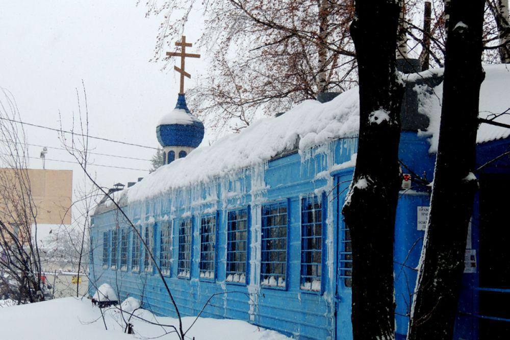 Среди снега и наледи в храме-вагончике идет служба.