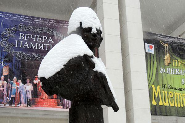 Памятник Пушкину укрыт снегом с головой.