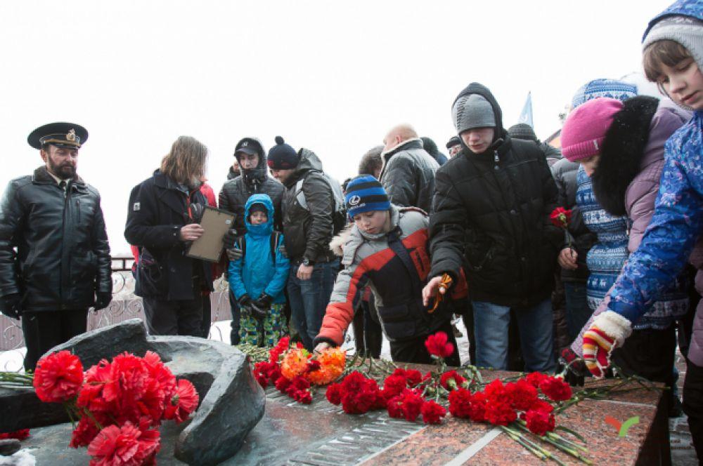 Возложение цветов к паятнику Рудневу.