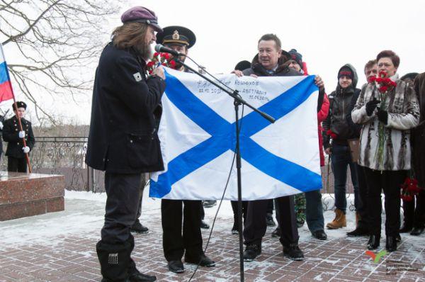 Мореплаватель Фёдор Конюхов вручил музею Андреевский флаг, под которым пересёк на лодке Тихий океан.