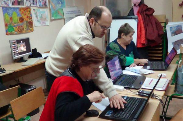 А первые навыки компьютерной грамотности они получают в школе «золотого возраста».
