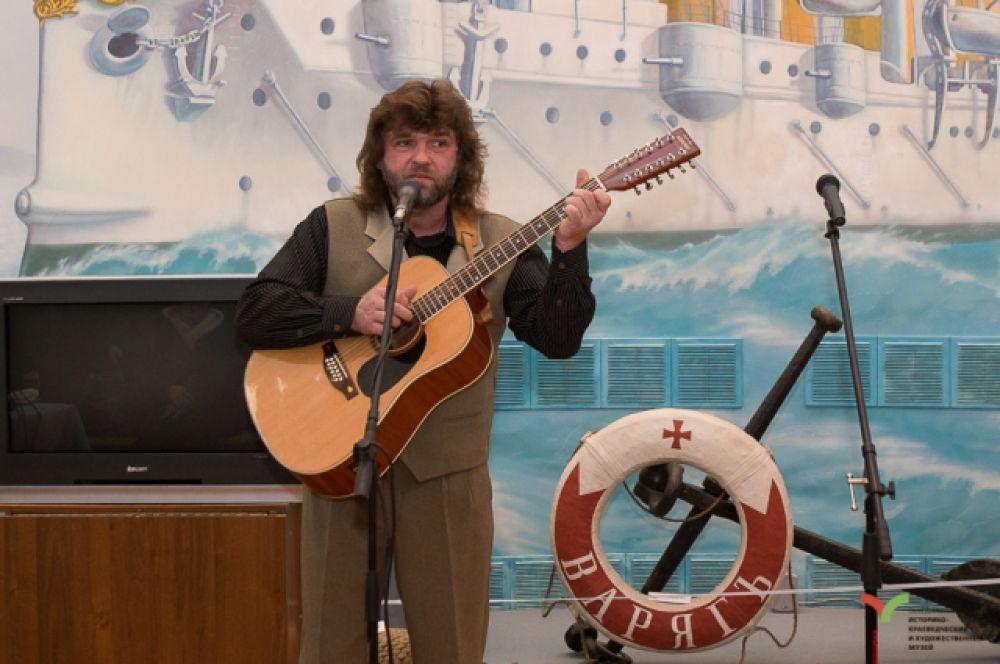 Для гостей музыканты и певцы исполняли военно-морские песни.