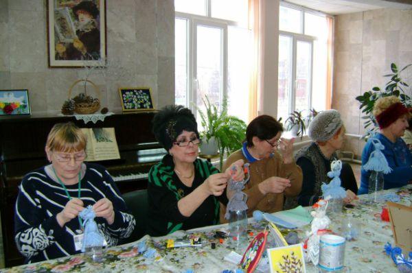 На творческих занятиях пожилые учатся вышивать и вязать, мастерить поделки, которые можно потом подарить родным и близким.
