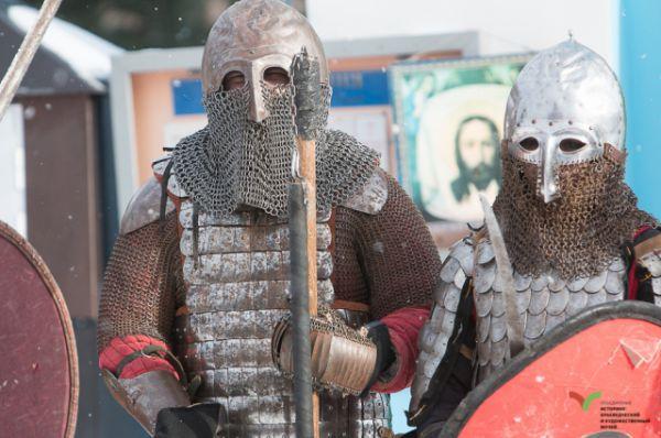 Все желающие могли помериться богатырской силушкой в костюмированном сражении.