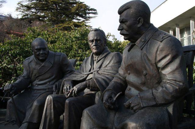 ВЯлте открыли памятник Сталину, Рузвельту иЧерчиллю. Нополная драм историяХХ века— незастывший монумент?