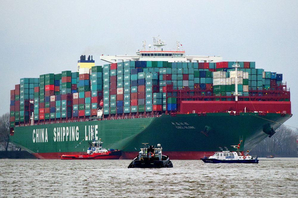 CSCL Globe имеет длину 400 метров. Это - самое длинное в мире судно-контейнеровоз. Порт приписки - Гонконг. Оснащено самым большим двигателем в мире (двухтактный 12-цилиндровый дизель MAN B&W 12S90ME-C Mark 9.2, мощность 69 720 кВт при 84 об/мин, высота 17,2 м). По размерам он равен «Mærsk Mc-Kinney Møller», хотя чуть уступает в ширине, однако превосходит по грузоподъемности (19000 TEU).
