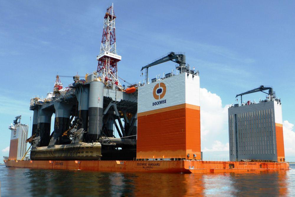 Dockwise Vanguard — самое большое и инновационное полупогружное судно в истории. Его длина составляет 275 м, а ширина — 79 м. Грузоподъемность достигает 110 тысяч тонн. Судно было разработано компанией Dockwise для транспортировки тяжелых грузов и для применения в качестве сухого дока. Способ погрузки на корабль также уникальный. Специальные отсеки наполняются водой и корабль медленно, но уверено погружается под воду. После того как корабль оказывается под водой, на него погружают груз. Для обслуживания корабля требуются 60 человек.