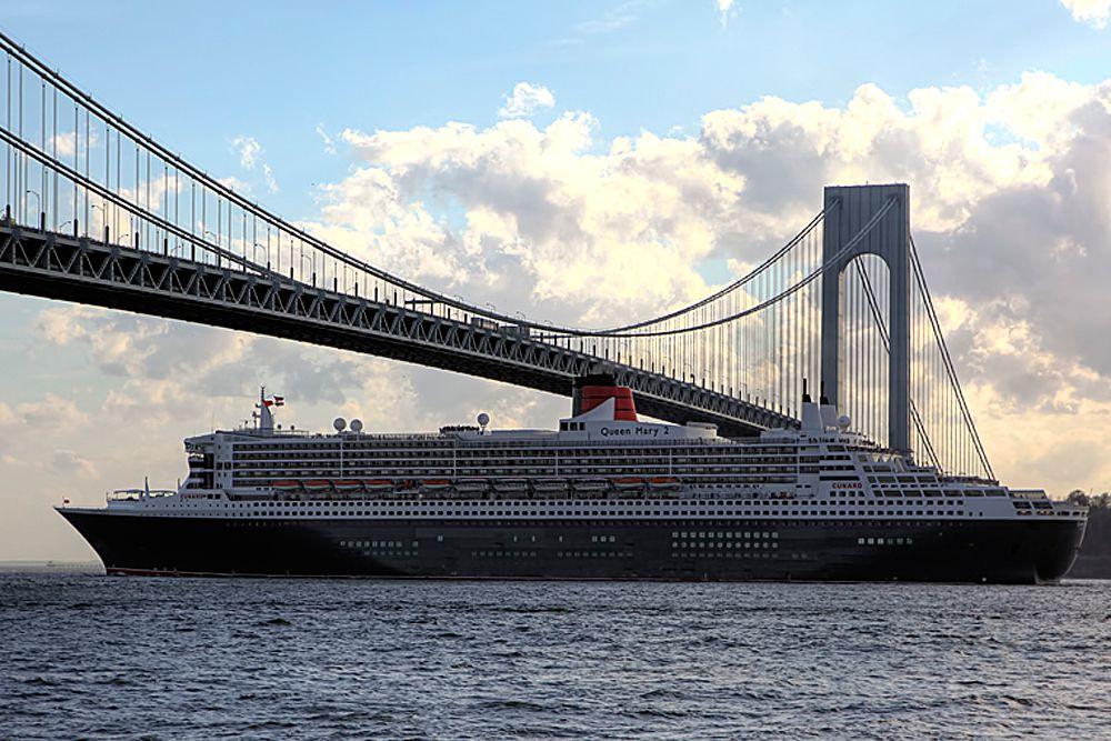 Один из крупнейших лайнеров в мире, трансатлантический круизный корабль Queen Mary 2 способен со всеми сопутствующими удобствами переправить через океан до 2620 пассажиров. Разработан и построен французской компанией Chantiers de l'Atlantique. Помимо 15 ресторанов, казино и театра на своем борту Queen Mary 2 также обладает первым корабельным планетарием. Лайнер является одним из самых быстрых кораблей в мире. При длине 345 метров, его скорость составляет 30 узлов. Это первый лайнер в мире, совершивший кругосветное путешествие за 81 день.