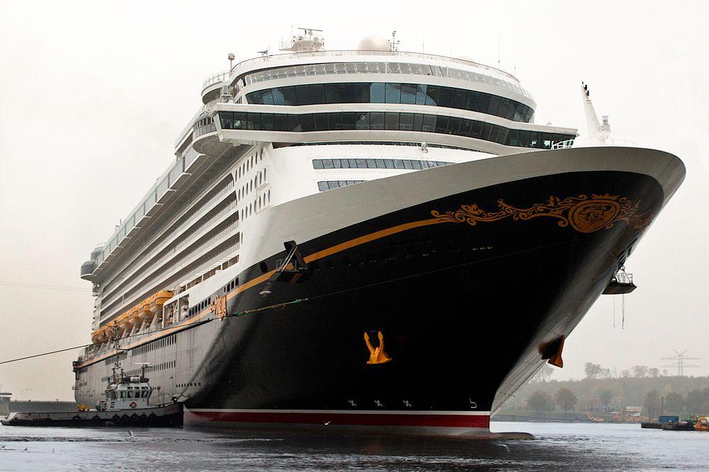 Круизный лайнер Disney Dream имеет длину 339 метров. Как понятно из названия – это плавучий Диснейлэнд, длиной 340 метров. Четырем тысячам его пассажиров предоставлены игровые площадки, бассейны и водные аттракционы. Стоимость корабля составила 900 миллионов долларов.