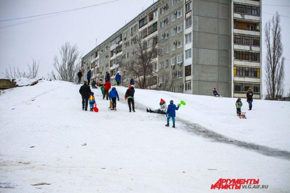 Горка в Красноармейском районе недалеко от школы № 75.