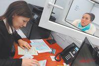 Документы у мигрантов в новом центре принимает сотрудник службы одного окна.