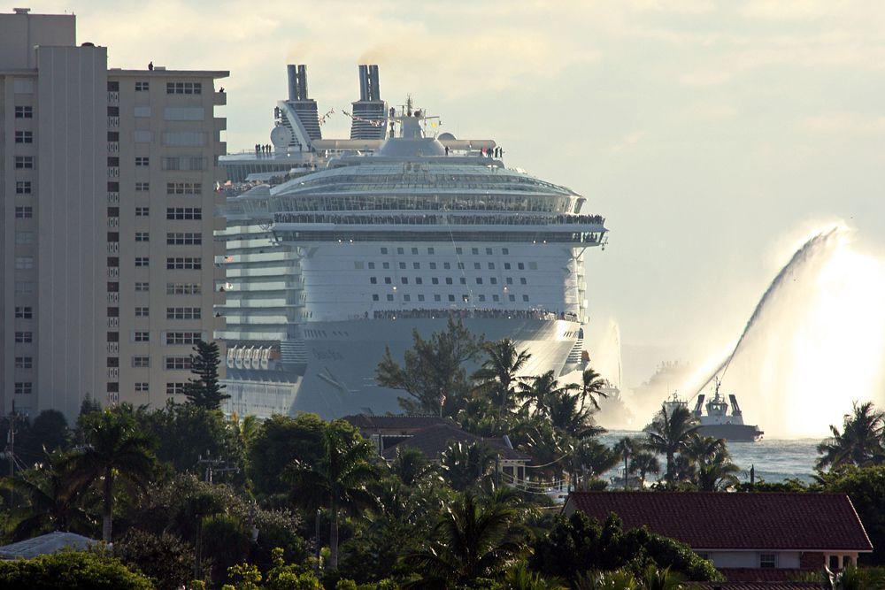 Круизный лайнер Oasis of the Seas  имеет длину 360 метров. Это один из самых технологичных лайнеров современности. Он вмещает 6360 пассажиров и более 3 тысяч человек обслуживающего персонала.