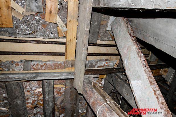 В подвале полы подпирают деревянные балки и доски.
