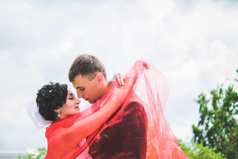 Участник №3. В моей жизни есть один замечательный человечек - мой любимый муж!!!  Вот уже 3 волшебных года он делает меня счастливой день ото дня! Какие бы неприятности не случались, он всегда был рядом. Его поддержку я чувствую на расстоянии. В общем, для меня мой муж - Алексей, самый любимый,  добрый, чуткий, и отзывчивый человек! Я его безумно люблю!!)*